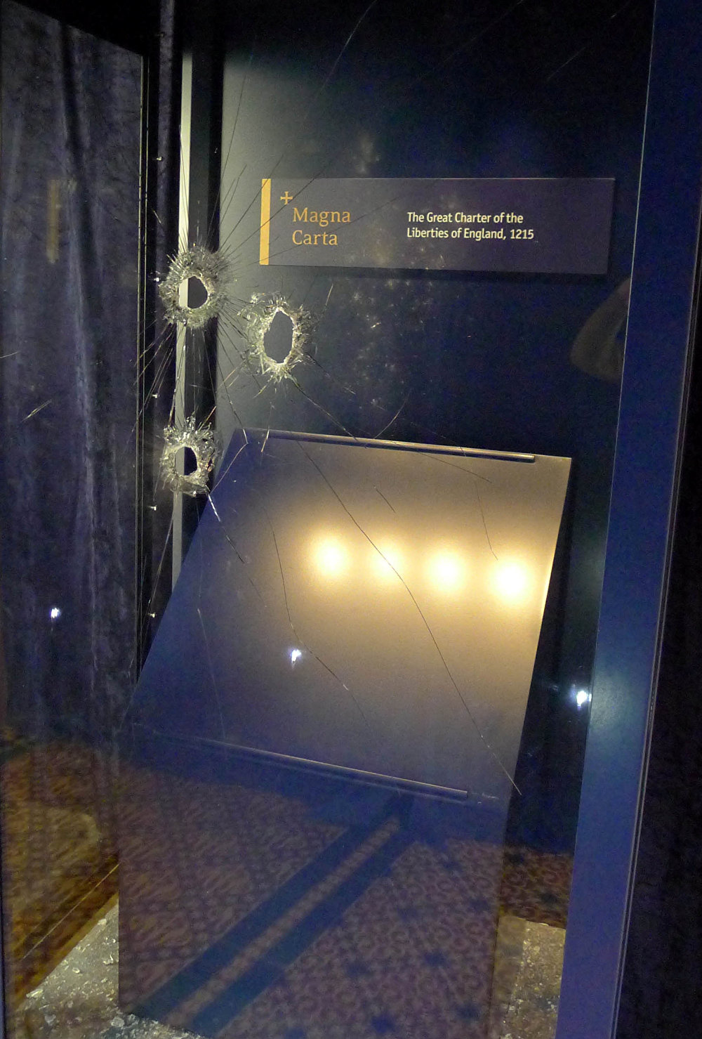 يمكن رؤية الأضرار التي تعرض لها صندوق عرض الماغنا كارتا، إحدى الوثائق الأصلية الأربع في كاتدرائية سالزبوري