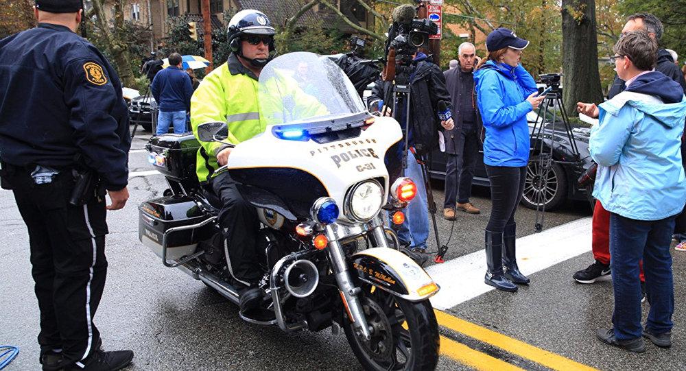 شرطي على دراجة نارية في منطقة إطلاق النار داخل معبد يهودي في بنسلفانيا الأمريكية