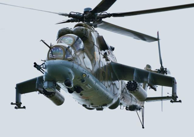 مروحية من طراز مي-24 خلال التدريبات العسكرية لقوات الدول الأعضاء في منظمة شنغهاي للتعاون في إطار التدريبات لمكافحة الإرهاب ميرنايا ميسيا-2018 (بعثة السلام-2018) في حقل تشيباركول