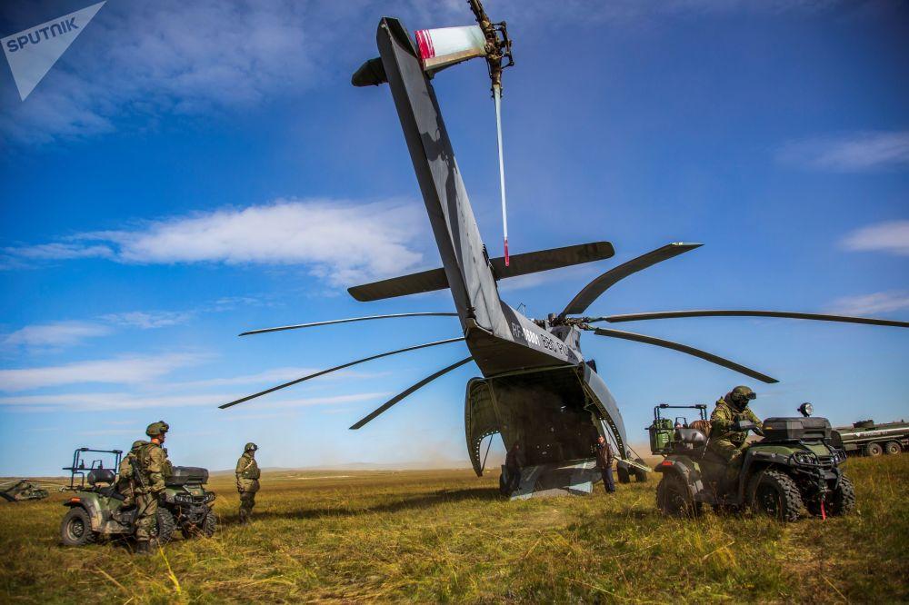 عملية إنزال لمروحية مي-26 في إطار مناورات فوستوك-2018 (الشرق-2018) في حقل تسوغول في منطقة زابايكالسكي كراي الروسي