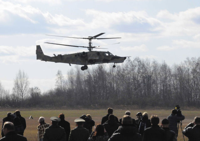 المروحية الحربية كا-50 (القرش الأسود) خلال استعراض جوي فوق الميدان العسكري بروغريس في مدينة أرسينييف الروسية