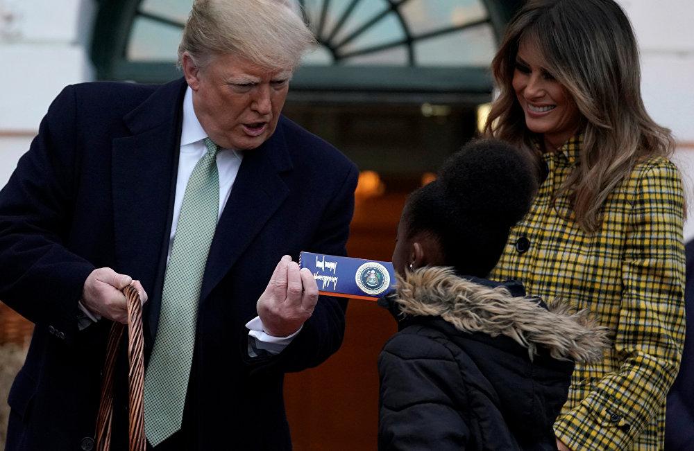 الرئيس الأمريكي دونالد ترامب وزوجته ميلانيا ترامب يوزعان الحلوى على الأطفال في عيد الهالوين، 28 أكتوبر/تشرين الأول 2018