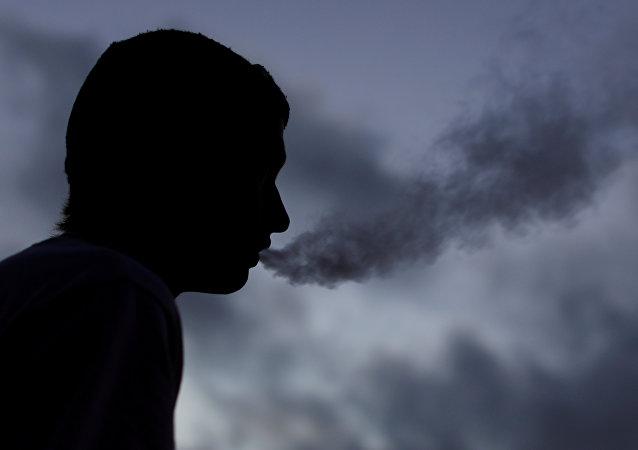 رجل يدخن سيجارة إليكترونية