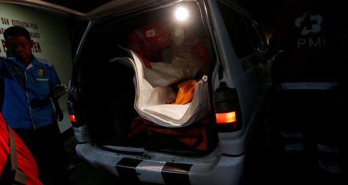 فرق الإنقاذ وطواقم البحث تواصل تفتيش موقع تحطم الطائرة الإندونيسية، إندونيسيا