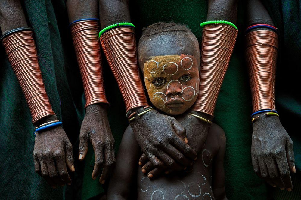صورة بعنوان Kid With Hand Crafts، للمصور ديفيد نام ليب ليي، الحاصل على المرتبة الأولى في المسابقة