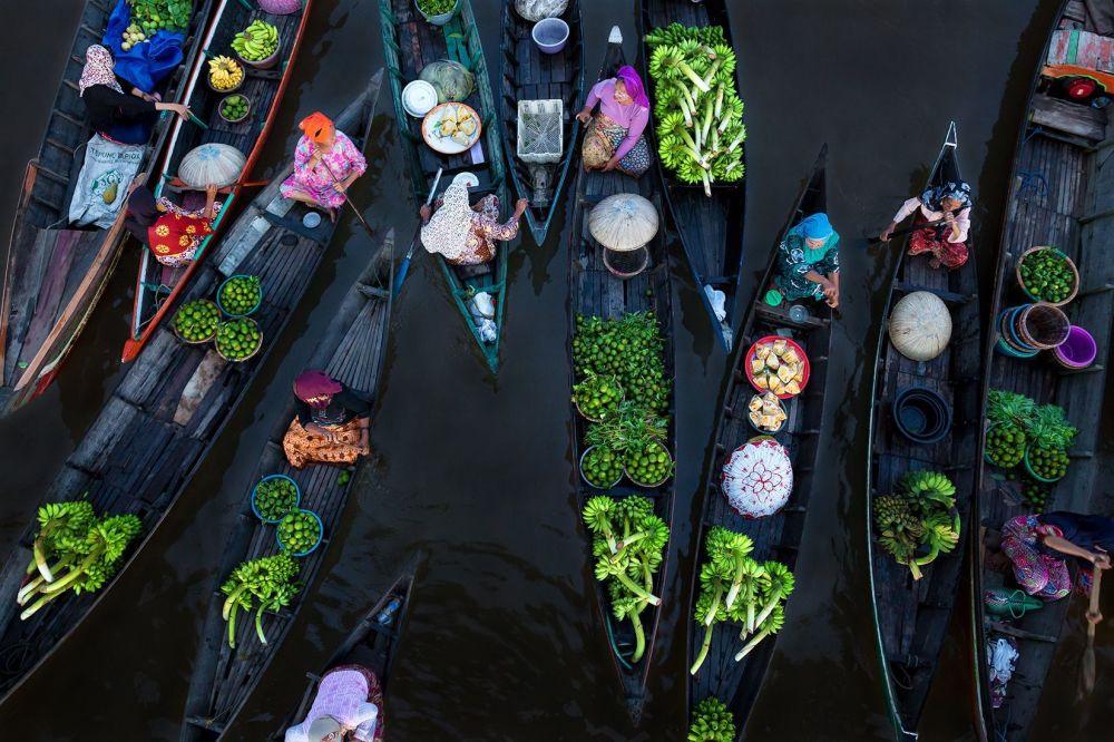 صورة بعنوان Floating Market، للمصور سينا فالكر، الحاصل على المرتبة الأولى في فئة إثارة الألوان