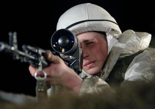 АК-103 قناص يحمل بندقية أ كا-103