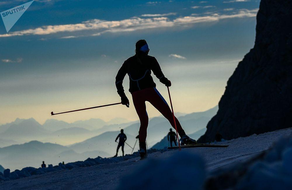 الرياضيون خلال دورة تدريبية حول نهر داتشستين الجليدي في النمسا