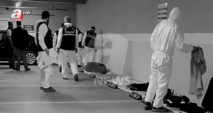 قف خبراء الطب الشرعي في الشرطة التركية بملابس بيضاء وهم يفحصون سيارة تابعة للقنصلية السعودية عثر عليها في موقف للسيارات في إسطنبول
