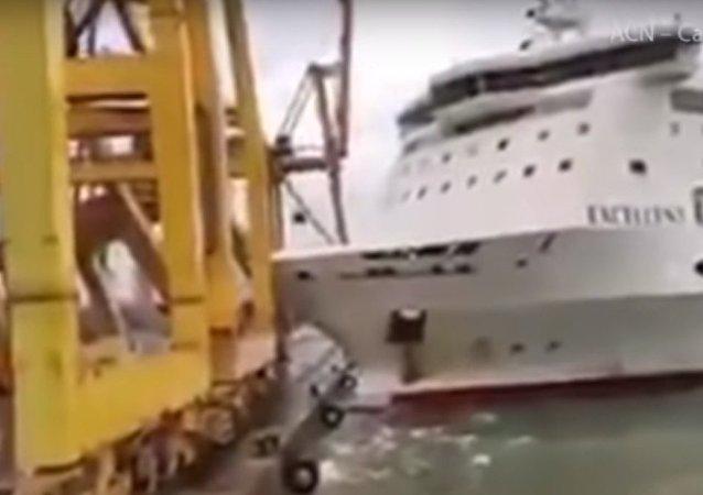 سفينة تصطدم برافعة في ميناء برشلونة