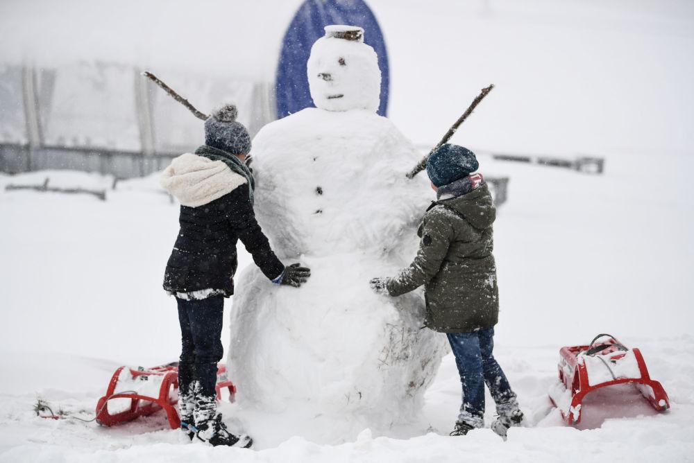 أطفال يصنعون رجل الثلج في فيلدبرغ، ألمانيا 28 أكتوبر/ تشرين الأول 2018