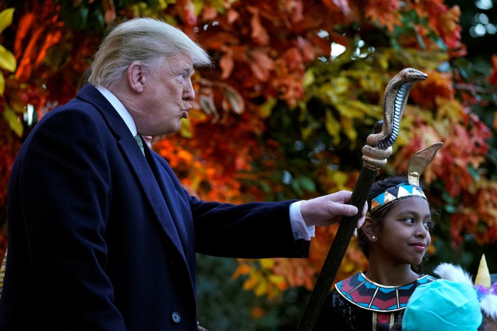 الرئيس الأمريكي دونالد ترامب و زوجته يحتفلان بعيد الـ هالوين، ويحمل عصا فرعون 28 أكتوبر/ تشرين الأول 2018