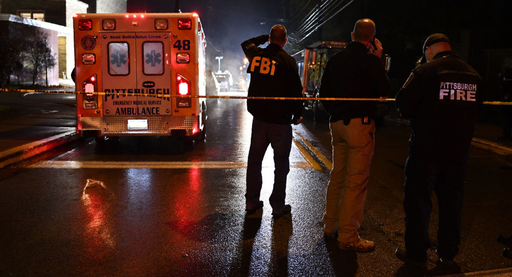 عناصر إف بي أي بموقع حادثة اطلاق نار في الكنس اليهودي لايف سينوغوغ في بيتسبورغ، حيث قتل 11 شخصا، 27 أكتوبر/ تشرين الأول 2018