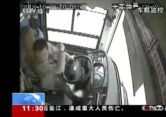 شجار بين سابق وراكبة في حافلة بالصين