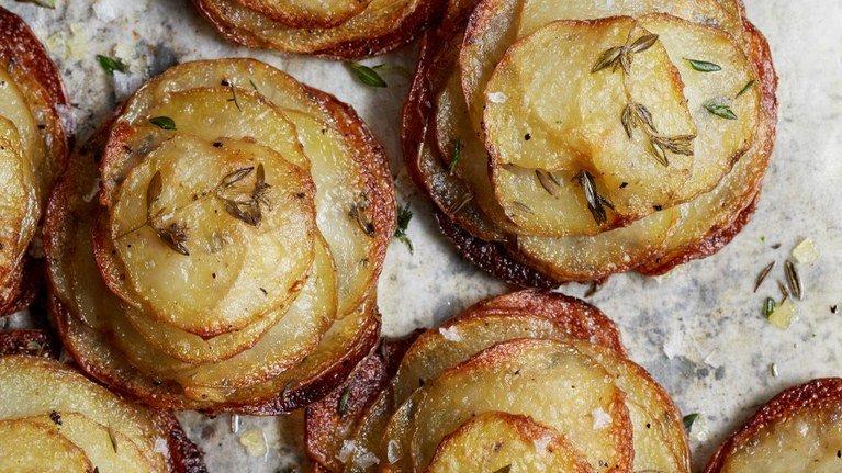 بطاطس مع الزبدة وأوراق الزعتر