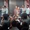 سقوط سروال سياسي أثناء إلقائه خطابا أمام مؤيديه في حملته الانتخابية