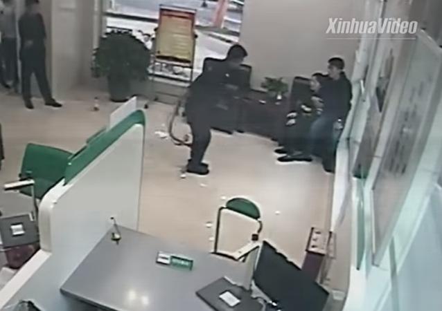 شاهد ماذا فعلت القوات الخاصة الصينية لتحرير رهينة داخل البنك