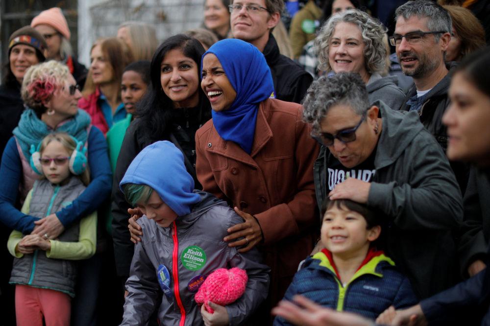 أول محجبة من جذور صومالية، إلهان عمر، تدخل الكونغرس الأمريكي