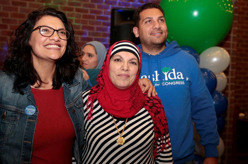 عضو الحزب الديمقراطي في الكونغرس الأمريكي، رشيدة طليب، ذات أصول فلسطينية مع والدتها خلال الاحتفال بالفوز في الانتخابات النصفية