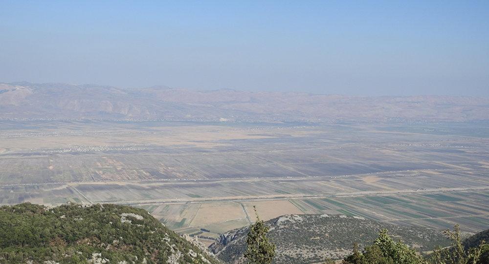 جزء من المنطقة منزوعة السلاح في إدلب السورية حيث قام الإرهابيون بعرض عسكري للدبابات