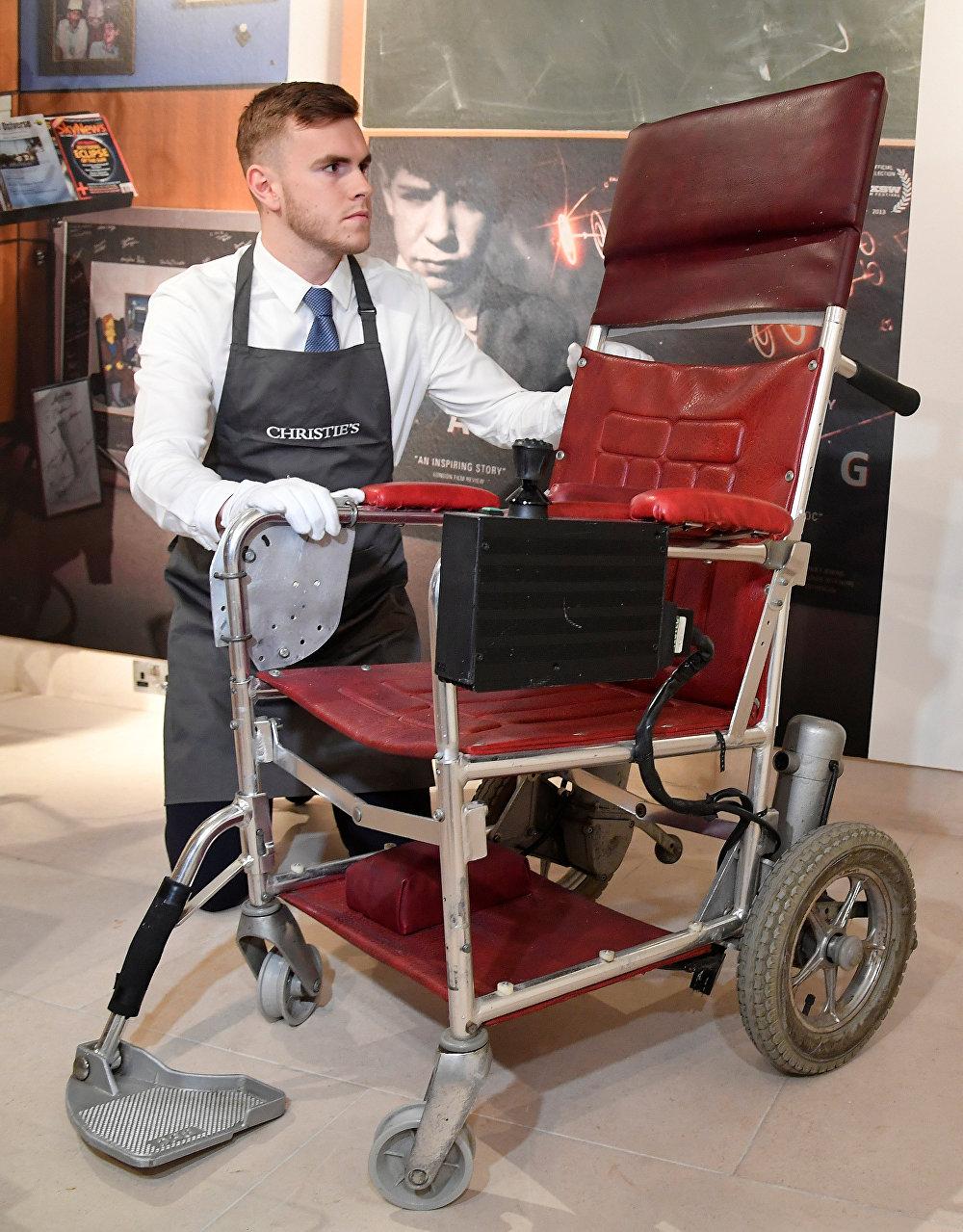 الكرسي المتحرك للعالم البريطاني الراحل ستيفن هوكينغ في دار مزادات كريستيز، 8 نوفمبر/تشرين الثاني 2018