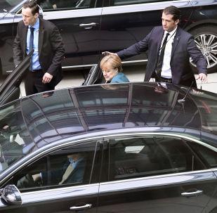 المستشارة الألمانية أنجيلا ميركل تستقل سيارتها في برلين