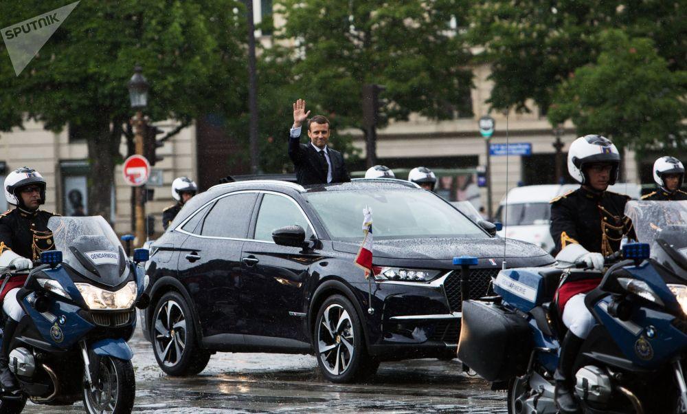 الرئيس الفرنسي إيمانويل ماكرون في سيارة الموكب الرئاسي  قبل مراسم تنصيبه في باريس