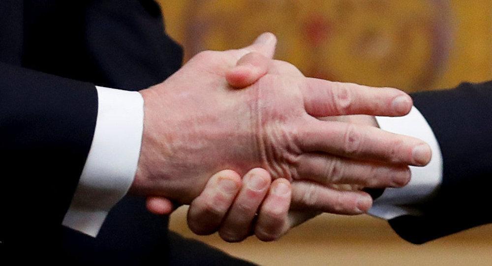 ترامب يصافح ماكرون أثناء لقائهما في قصر إليزيه كجزء من مراسم الاحتفال بيوم الهدنة بعد 100 عام على نهاية الحرب العالمية الأولى