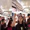 شاهد كيف تفادت فتاة صينية قصيرة مشكلتها في الباص