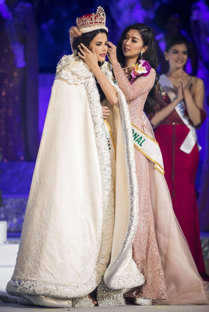 الفائزة بمسابقة ملكة جمال الأمم - 2018 في طوكيو، اليابان ترتدي التاج من يد الفائزة بنفس المسابقة العام الماضي الأندونيسية كيفين ليليانا