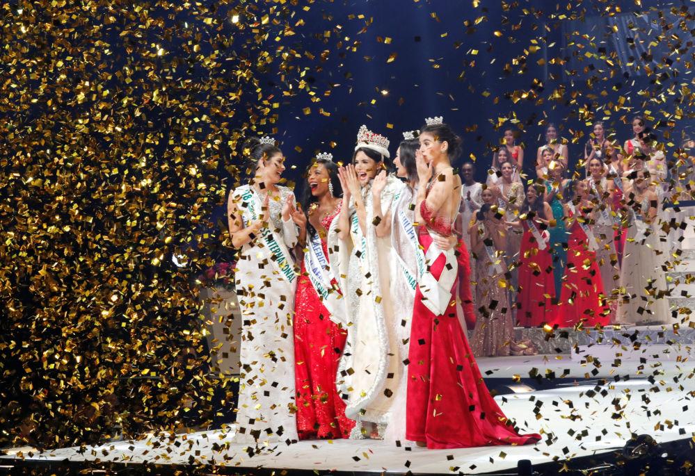 الفنزويلية مريم كلاريت فلزكو غارسيا الفائزة في مسابقة الجمال ملكة جمال الأمم - 2018 في طوكيو، اليابان محاطة بوصيفاتها