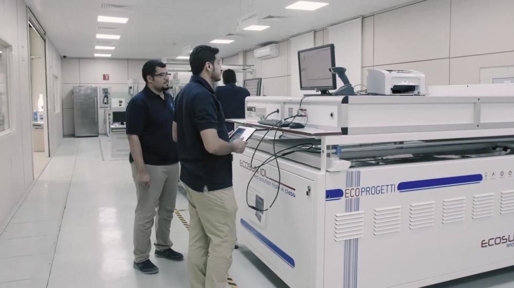 المهندسين خلال صناعة الألواح داخل مصنع الطاقة الشمسية في الرياض