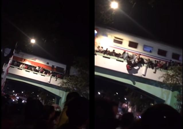 قطار يدهس عشرات الأشخاص في أندونيسيا