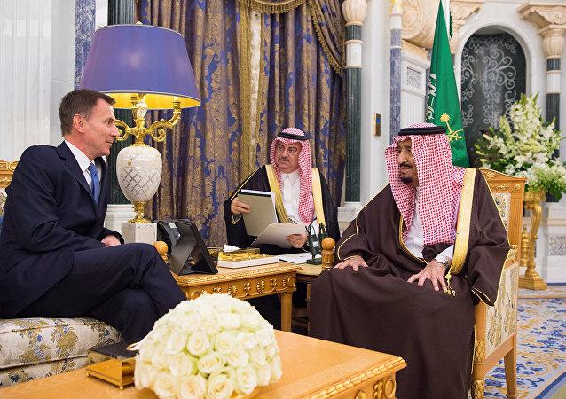 الملك سلمان بن عبد العزيز يستقبل وزير الخارجية البريطاني جيرمي هانت