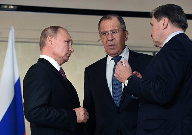الرئيس الروسي فلاديمير بوتين ووزير الخارجية سيرغي لافروف في سنغافورة