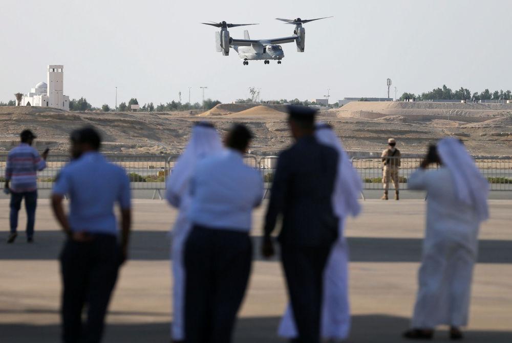زوار وضيوف يشاهدون عرضا جويا لطائرة إم في-22 (USMC MV-22) الأمريكية، خلال العرض الجوي الدولي (2018 Bahrain International Airshow) في القاعدة الجوية الصخير في بحرين