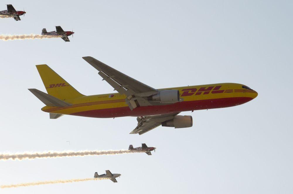 طائرة شحن دي إتش أل (DHL) من طراز بوينغ 767 تنفذ استعراضا جويا، خلال العرض الجوي الدولي (2018 Bahrain International Airshow) في القاعدة الجوية الصخير في بحرين