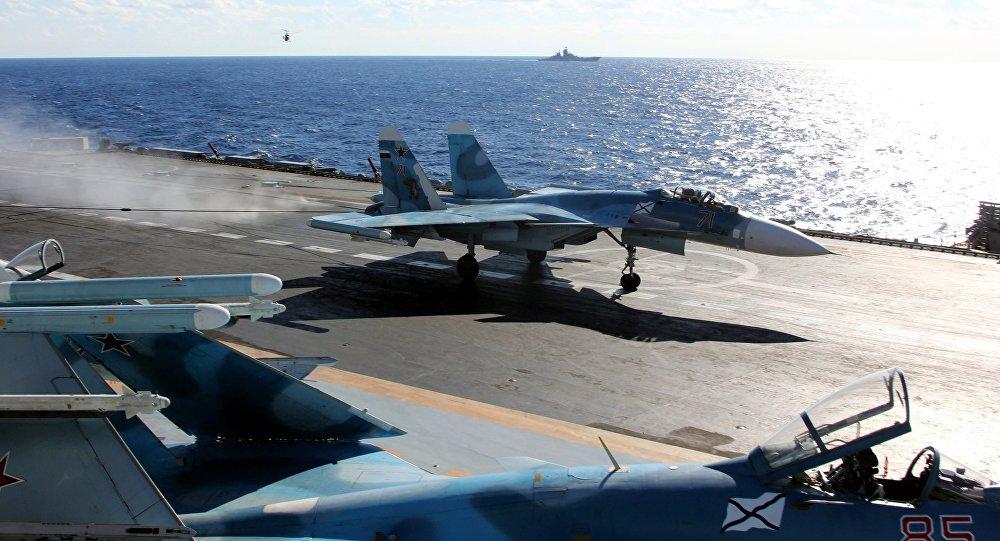 مقاتلة سو-33 على متن حاملة الطائرات الروسية في البحر المتوسط