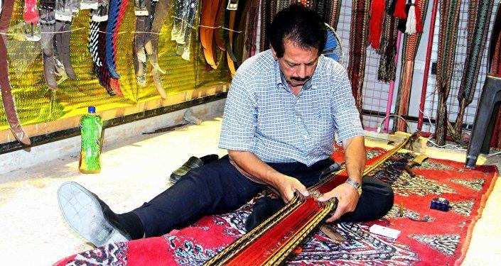 المهندس محمد السيروان الذي يمارس مهنة الحياكة