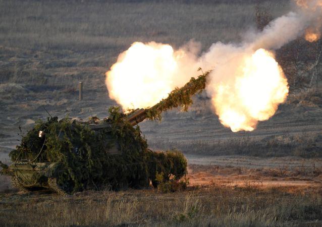 مدافع هاوتزر مستا - إس خلال المنوارات العسكرية في حقل مولينو في منطقة نيجني نوفغورود