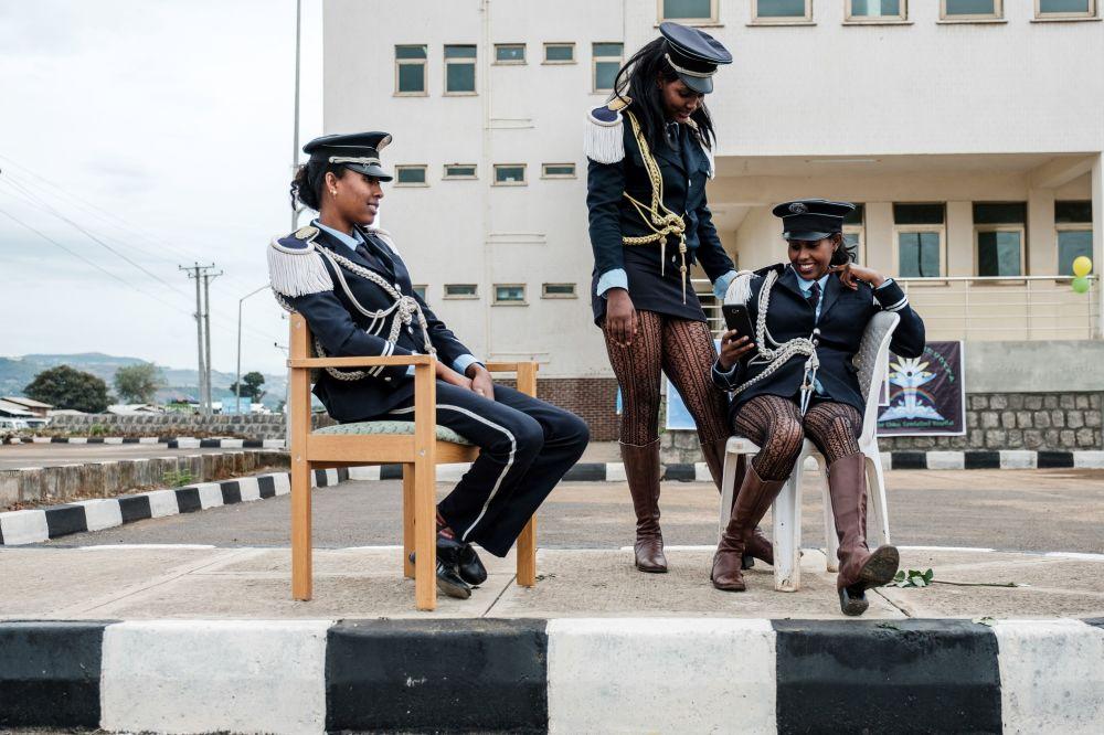 أعضاء فرقة موسيقية ينتظرن بدء مراسم افتتاح مستشفى تيبيبي غيون التخصصي في مدينة بحر دار، شمال إثيوبيا، 10 نوفمبر/ تشرين الثاني 2018