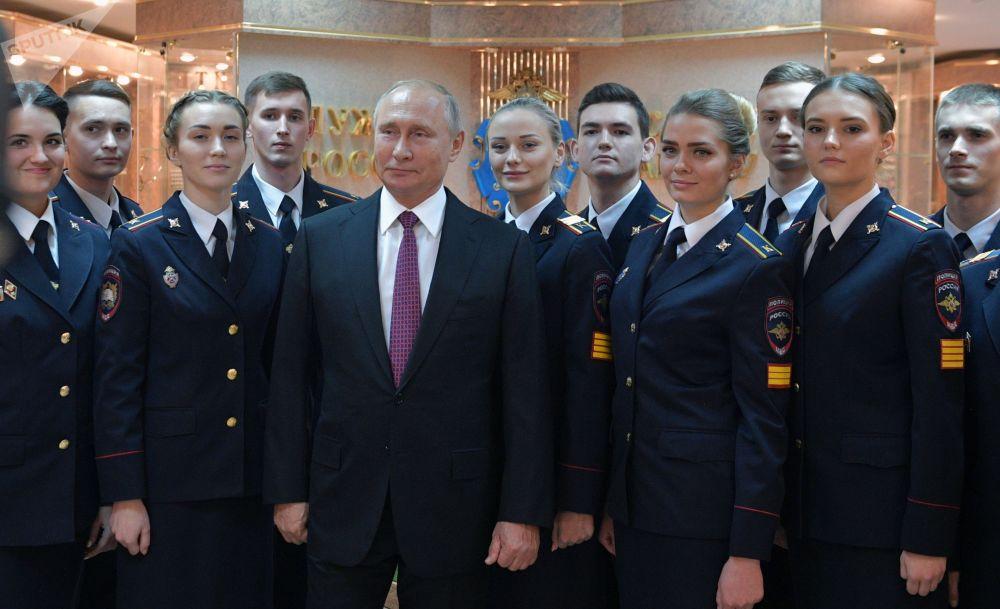 الرئيس فلاديمير بوتين خلال اتخاذ صورة جماعية مع تلامذة جامعة موسكو التابعة لزوارة الداخلية الروسيا (باسم ف. يا. كيكوتيا)