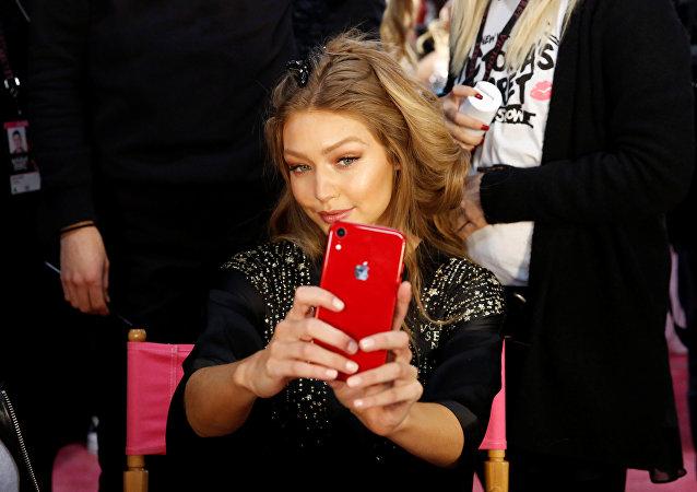 عارضة الأزياء جيجي حديد في كواليس عرض أزياء فيكتوريا سيكريت المقام في مدينة نيويورك في الولايات المتحدة الأمريكية، 8 نوفمبر/تشرين الثاني 2018