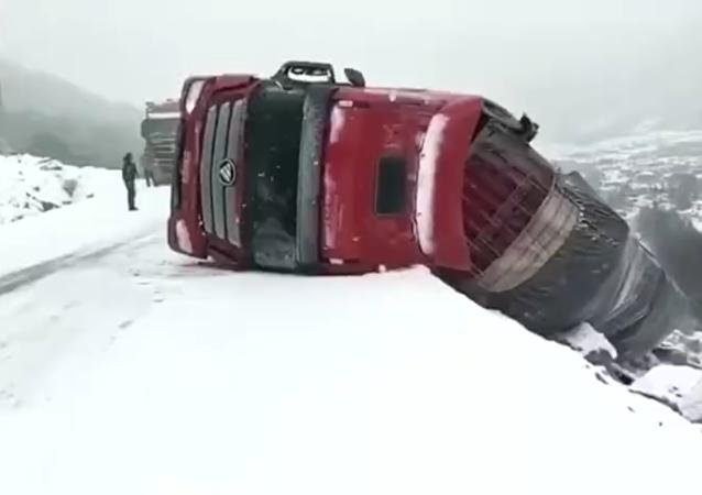 شاحنة في منطقة جبلية في الصين