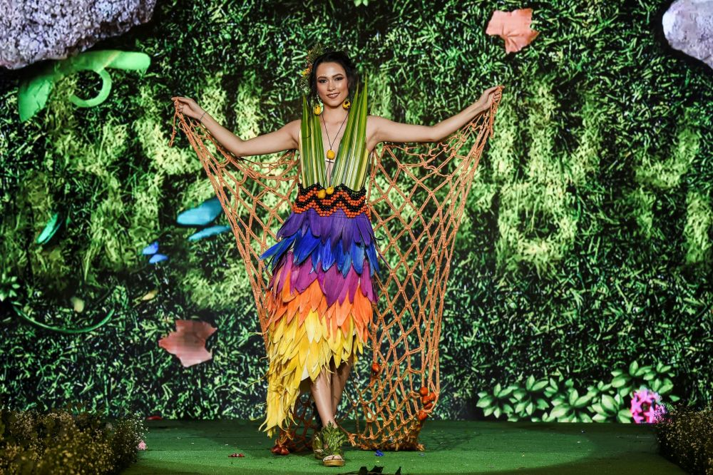 تصميم المصممة الكولومبية غلوريا لوندونو خلال عرض الأزياء البيئي في مدينة كالي، كولومبيا 17 نوفمبر/ تشرين الثاني 2018