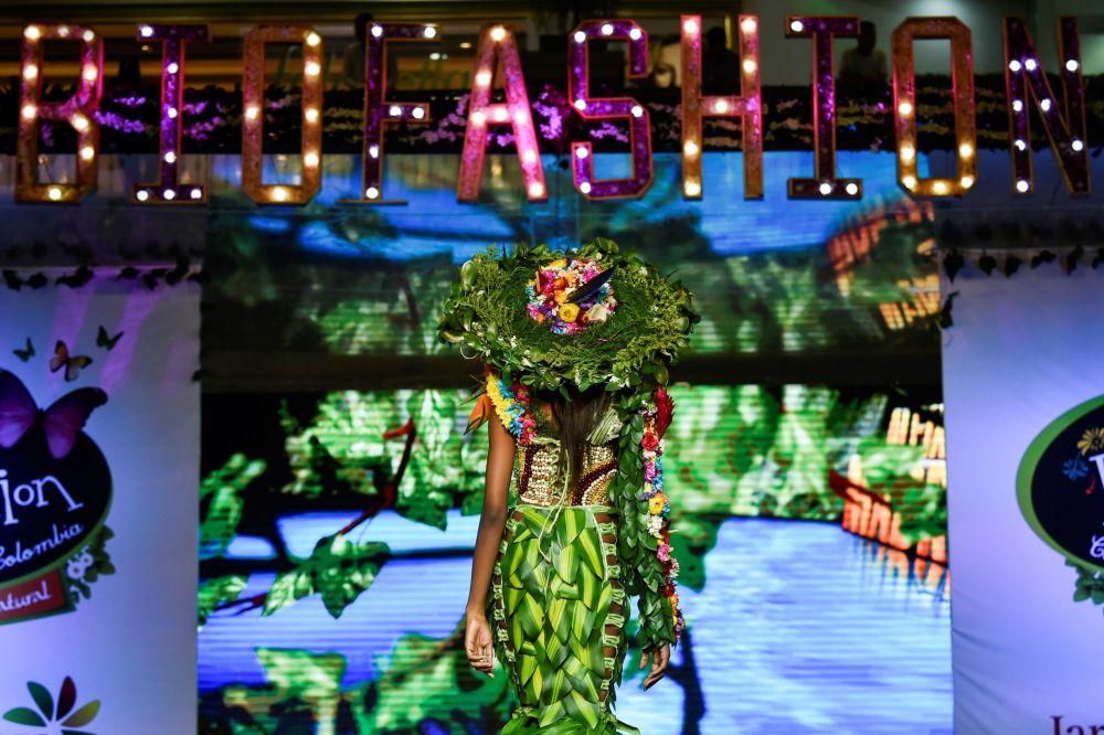 تصميم الكولومبي أليخاندرو راموس خلال عرض الأزياء البيئي في مدينة كالي، كولومبيا 17 نوفمبر/ تشرين الثاني 2018
