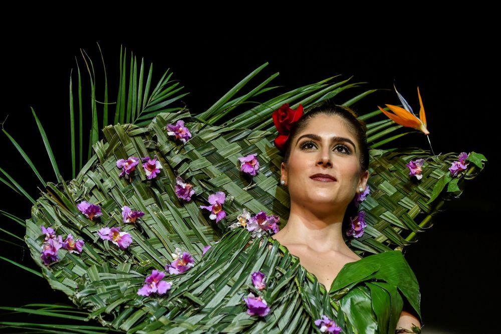 تصميم الكولومبية إستيفانا روسي خلال عرض الأزياء البيئي في مدينة كالي، كولومبيا 17 نوفمبر/ تشرين الثاني 2018