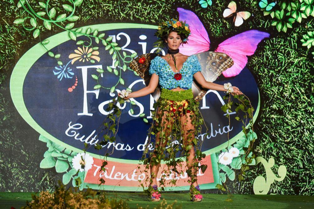 تصميم الكولومبية سول سالغيرو خلال عرض الأزياء البيئي في مدينة كالي، كولومبيا 17 نوفمبر/ تشرين الثاني 2018