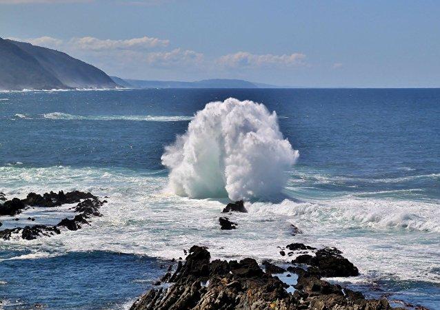 أمواج عملاقة تدمر شرفات فندق في جزر الكناري