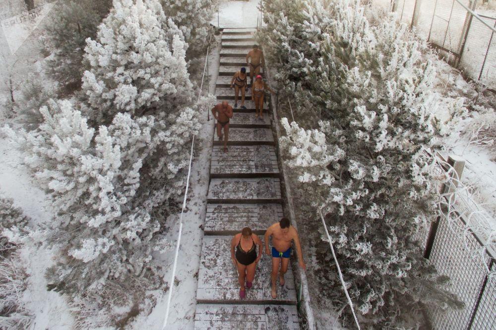 أعضاء نادي كريوفيل للسباحة الشتوية يفتتحون موسم السباحة الشتوية في نهر ينيسي